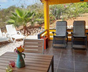 Relax en ligstoelen bij de bungalow